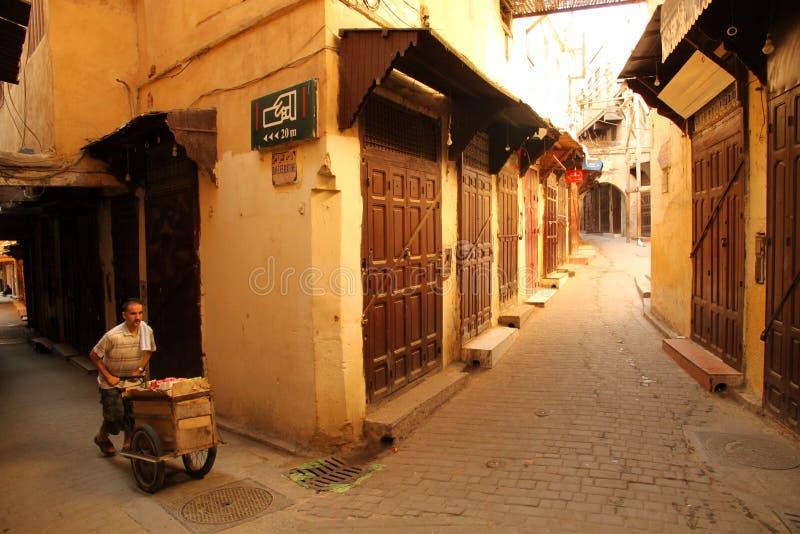 Het leveren van goederen in medina stock afbeeldingen