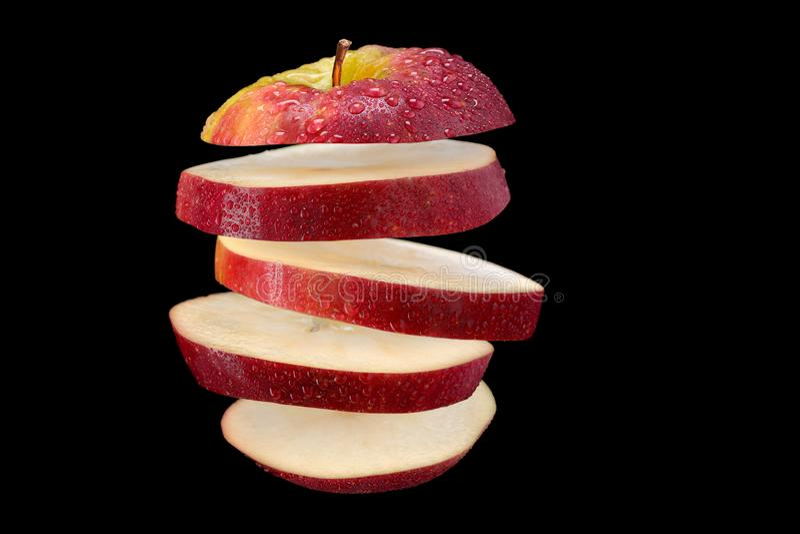 Het levitatie ondergaan sneed rode appel stock foto's