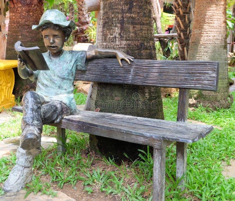Het lezen in de tuin stock afbeelding