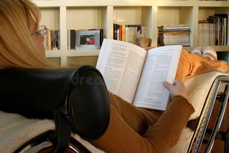 Het lezen en het ontspannen stock afbeelding