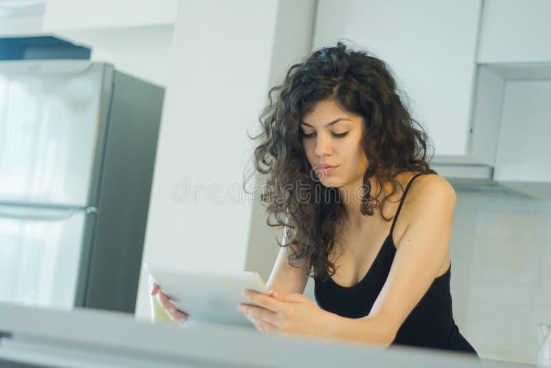 Het lezen op digitale tablet royalty-vrije stock afbeeldingen