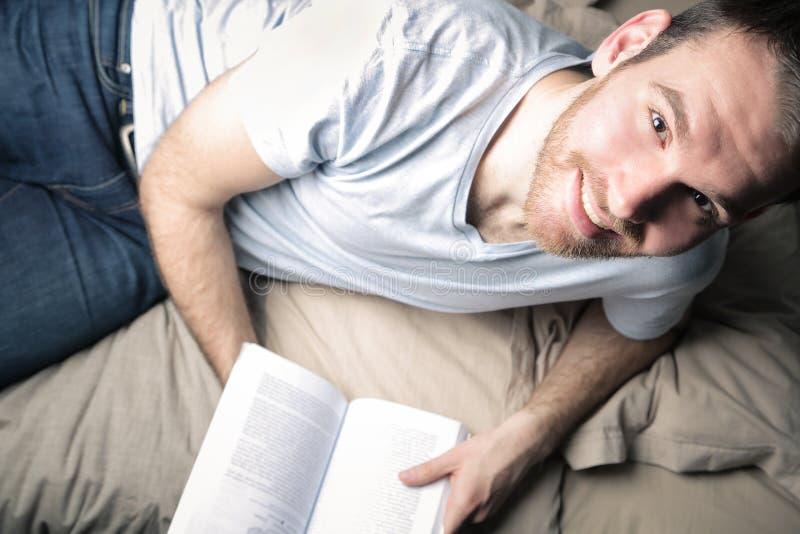 Het lezen op het bed royalty-vrije stock afbeeldingen