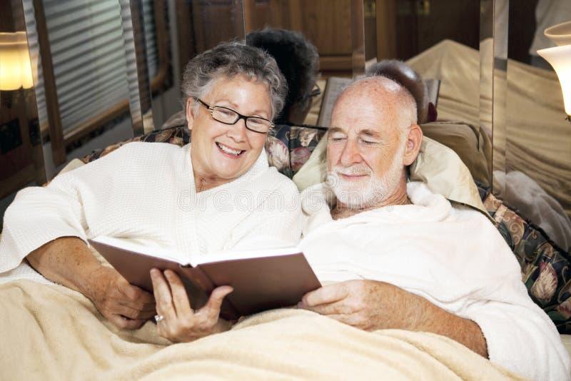 Het lezen samen bij Bedtijd stock afbeelding