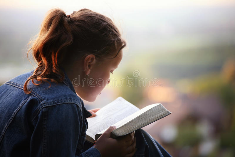 Het lezen van de bijbel stock afbeeldingen