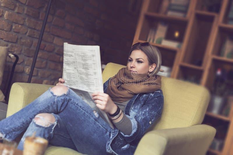 Het lezen van de kranten royalty-vrije stock foto