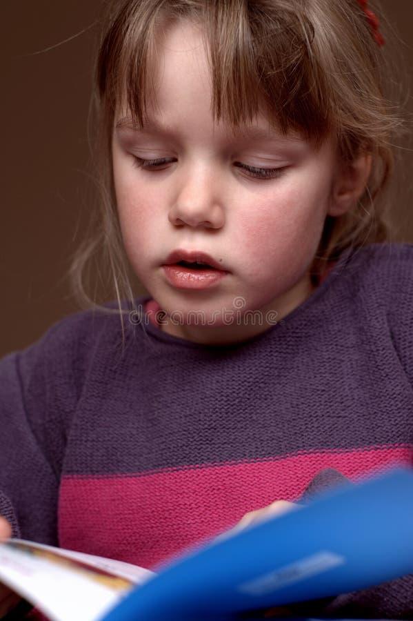 Het lezen van een boek 2 stock afbeelding