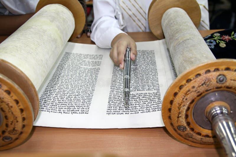 Het lezen van een Torah-rol royalty-vrije stock afbeelding