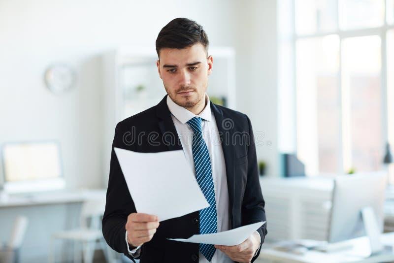 Het lezen van financiële documenten stock afbeeldingen