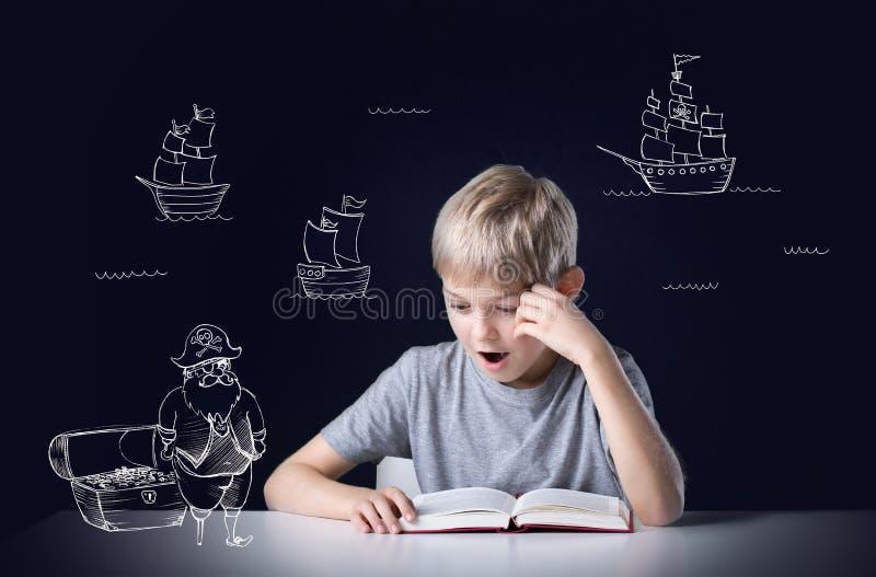 Het lezen van het boek stock foto's