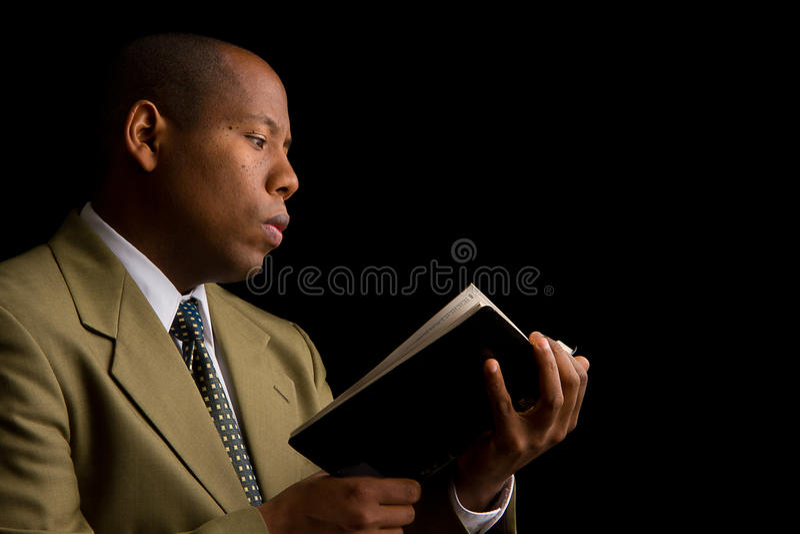 Het lezen van het Woord van God stock foto