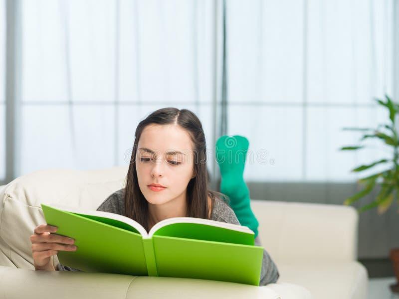 Het lezen van interessant boek stock foto's