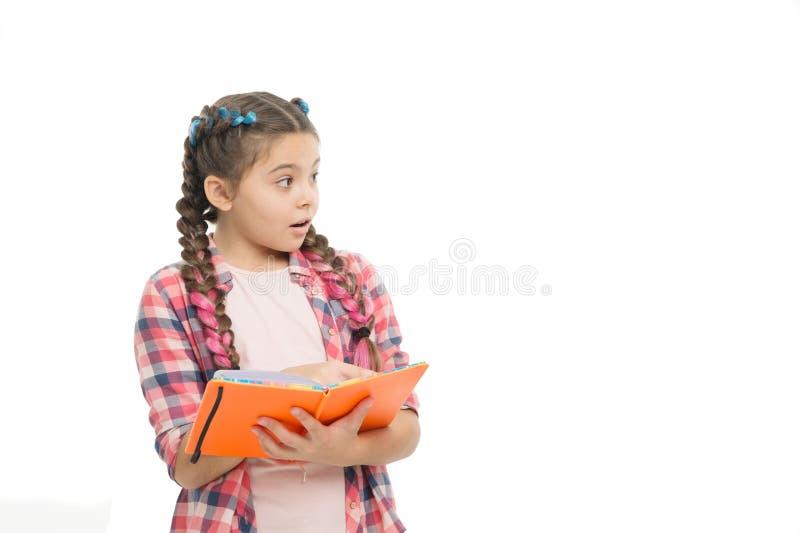 Het lezen van interessant verhaal leerling met het werkboek Terug naar School literatuur en het schrijven les studiethuiswerk royalty-vrije stock afbeelding