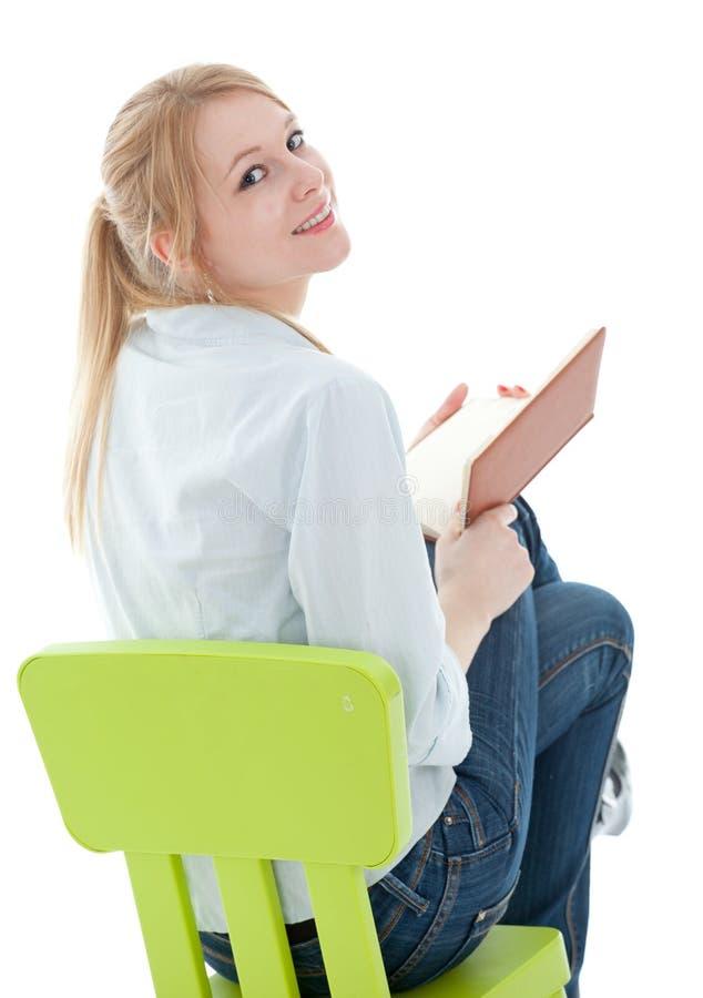 Het lezen van jonge vrouw met boek royalty-vrije stock afbeelding