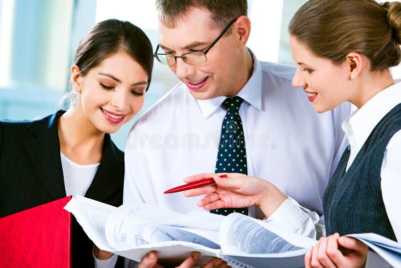 Het lezen van zaken-plan stock foto's