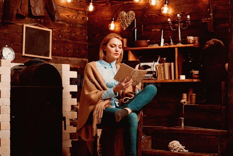 Het lezen voor haar eigen plezier De mooie vrouw las een boek De studente geniet van lezend geletterdheid De student krijgt kenni royalty-vrije stock afbeeldingen