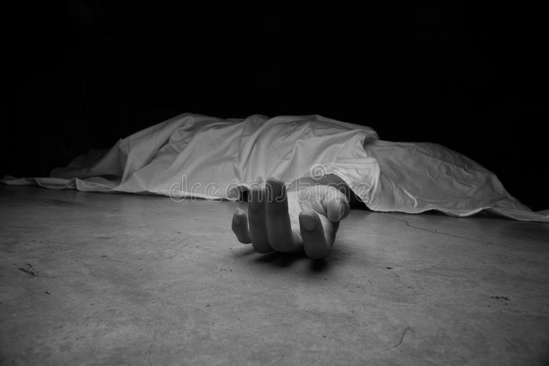 Het lichaam van het overledene Nadruk op hand stock afbeeldingen