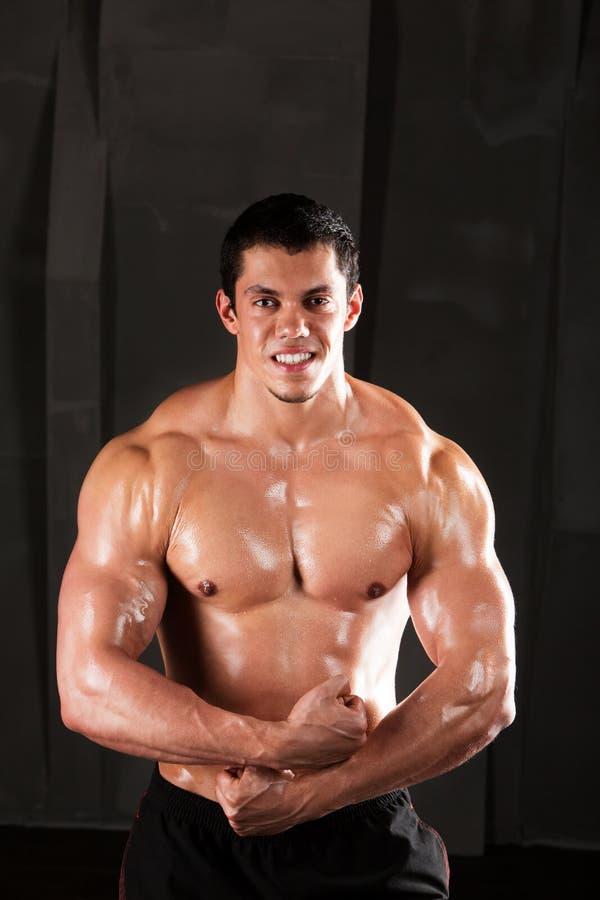 Het lichaamsstudio van de sportmens op dark stock afbeelding