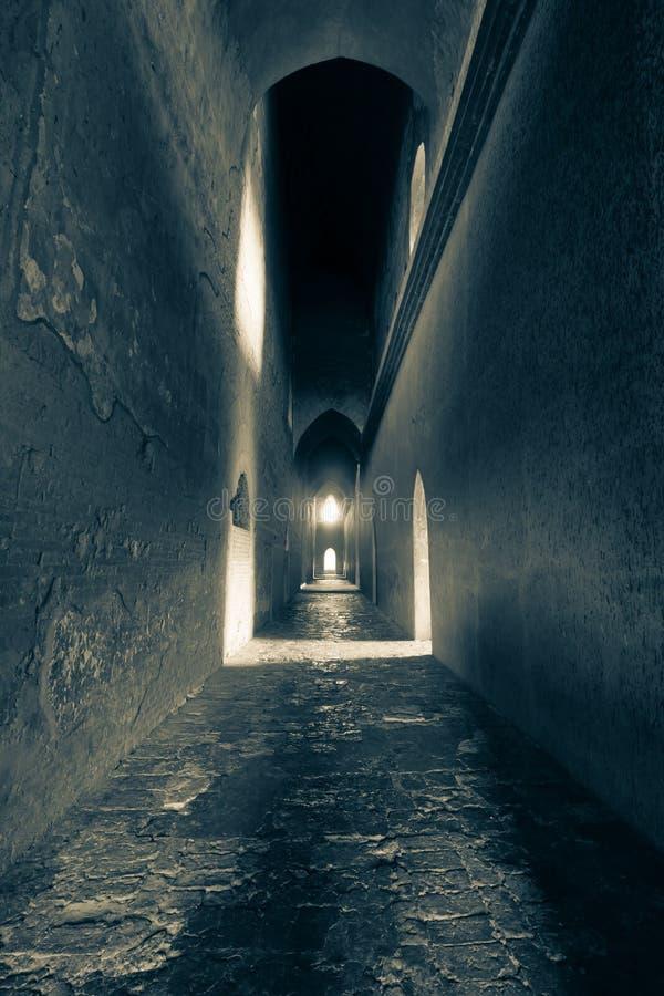 Het licht aan het eind van oude baksteentunnel stock foto
