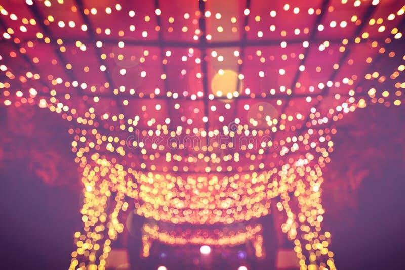 Het licht bokeh verfraait boom van nachtlicht stock afbeeldingen