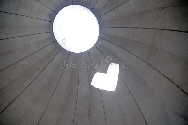 Het licht en de schaduw van een koepel vormen hart royalty-vrije stock foto
