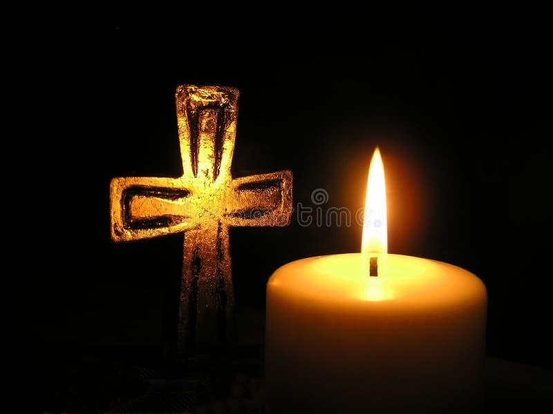 Het licht en het kruis van de kaars royalty-vrije stock foto's