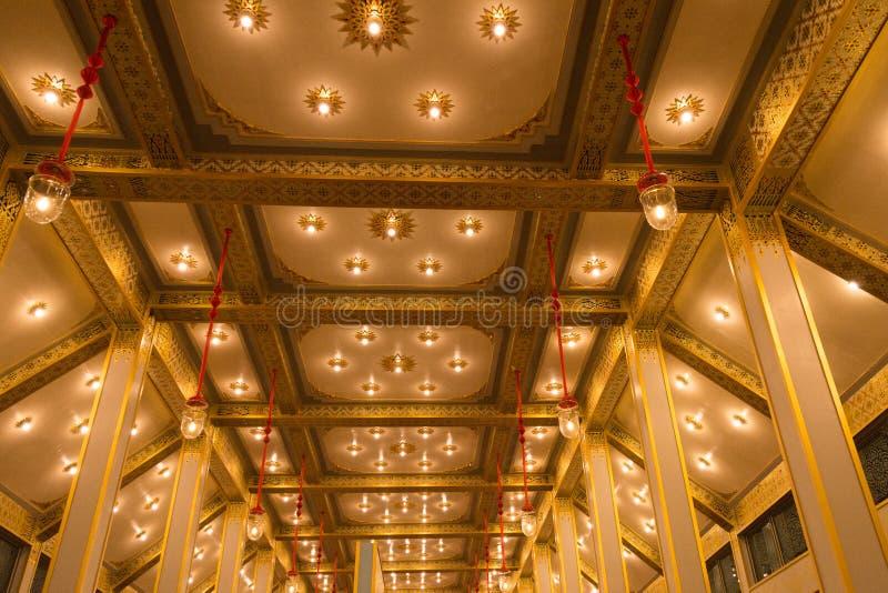Het licht op gouden plafond royalty-vrije stock afbeelding