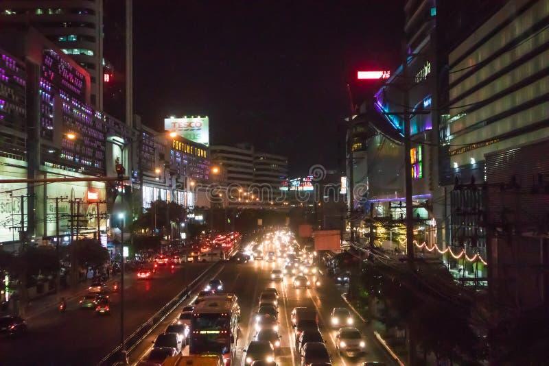 Het licht van auto op de weg met opstopping bij nacht in Rama 9 weg Bangkok Thailand stock fotografie