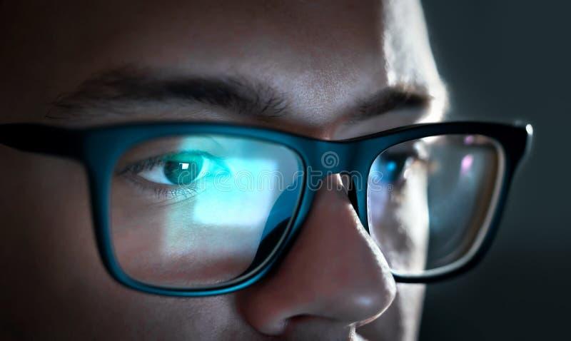 Het licht van het computerscherm denkt van glazen na Sluit omhoog van ogen royalty-vrije stock foto's