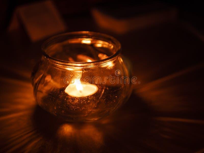 Het licht van de Kerstmiskaars stock foto