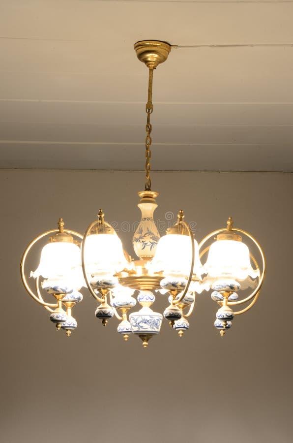 Het licht van de kroonluchter stock foto