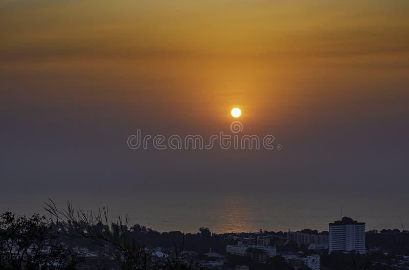 Het licht van de ochtendzon wijst op het overzees achter cityscape in Hua Hin, Prachuab-khiri Khan in Thailand royalty-vrije stock foto