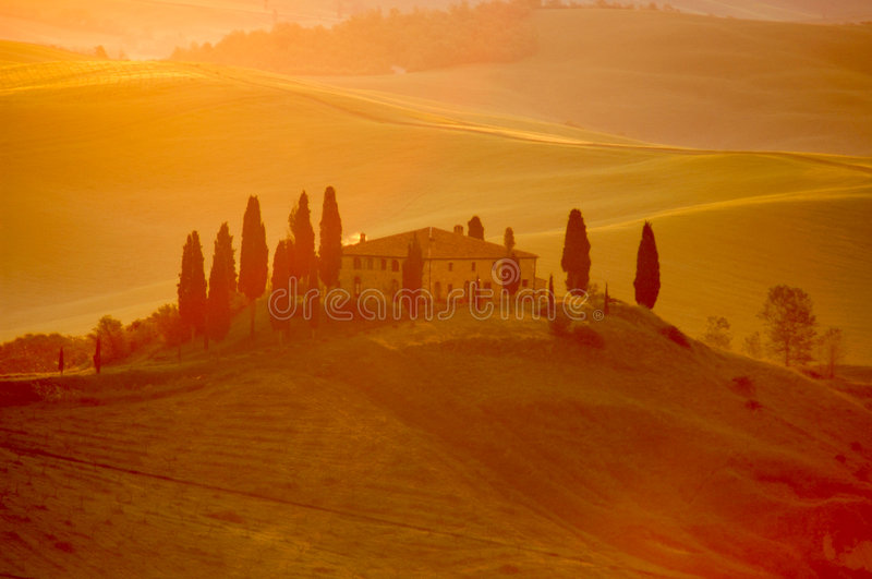 Het licht van de vroeg-ochtend op een Italiaanse villa stock foto's