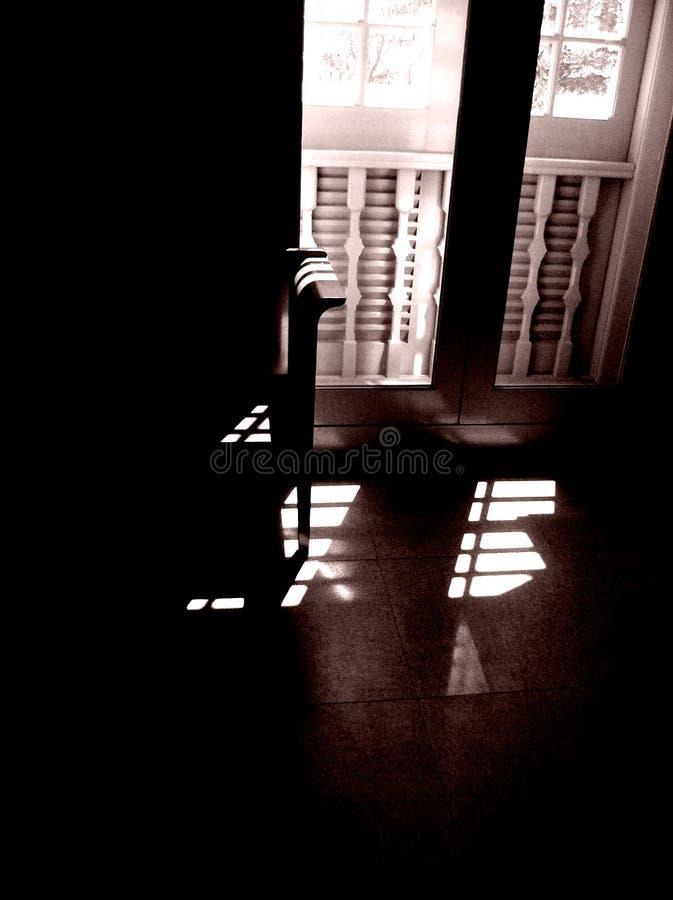 Het licht van de zon van oud venster stock afbeeldingen