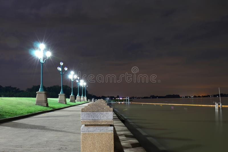 Het licht van een lichte pool bij nacht in het park in Riverwalk, verlichting, plaatsing, het landschap van de avondontsnapping royalty-vrije stock afbeeldingen