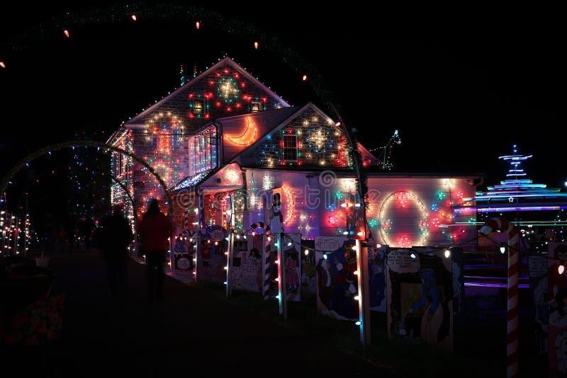 Het licht van het Kerstmisdorp toont royalty-vrije stock foto's