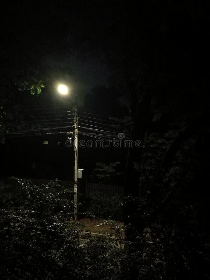 Het licht verlicht 's nachts de straat. stock fotografie