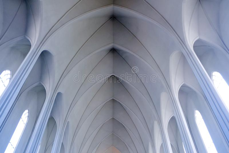 Het licht vulde wit minimalistisch binnenland van HallgrÃmskirkja i stock foto