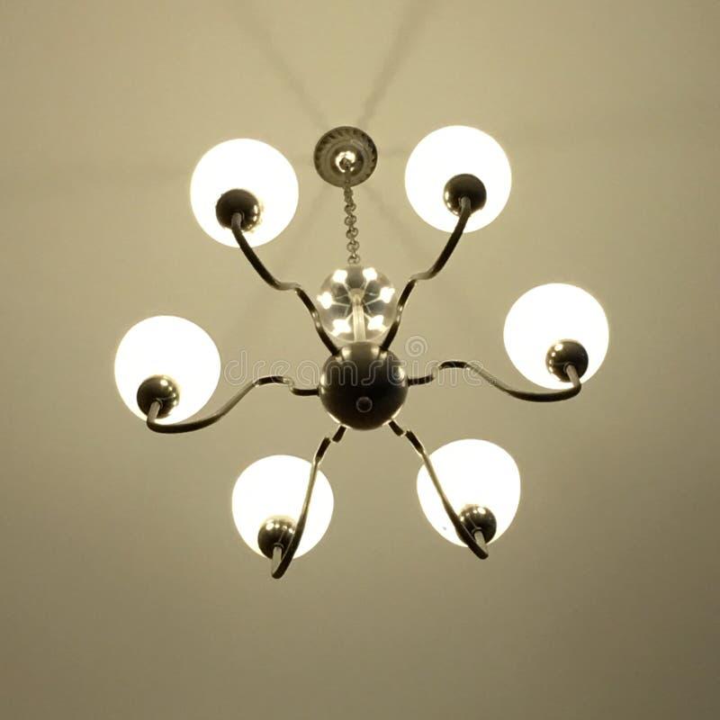 Het licht wordt geschikt rond een cirkelvenster in het plafond van een hoger-woonplaatseetkamer het kunstmatige licht gedeeltelij royalty-vrije stock foto