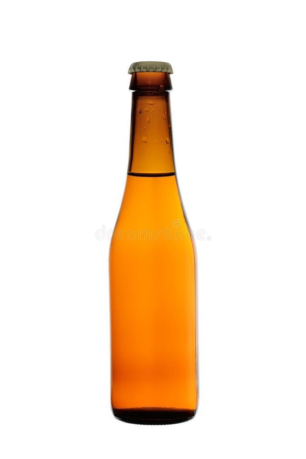Het lichte bier goot in een fles van donker die glas, op een witte achtergrond wordt geïsoleerd royalty-vrije stock foto