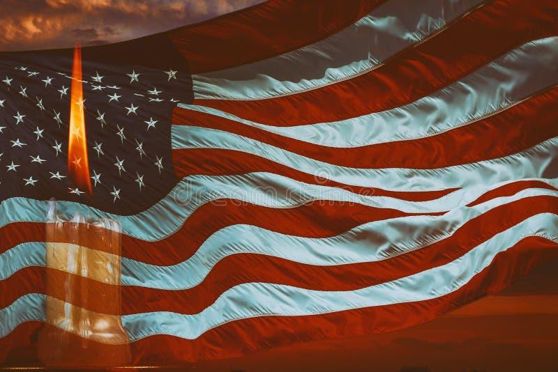 Het lichte kaars branden helder op de Amerikaanse vlagachtergrond stock fotografie