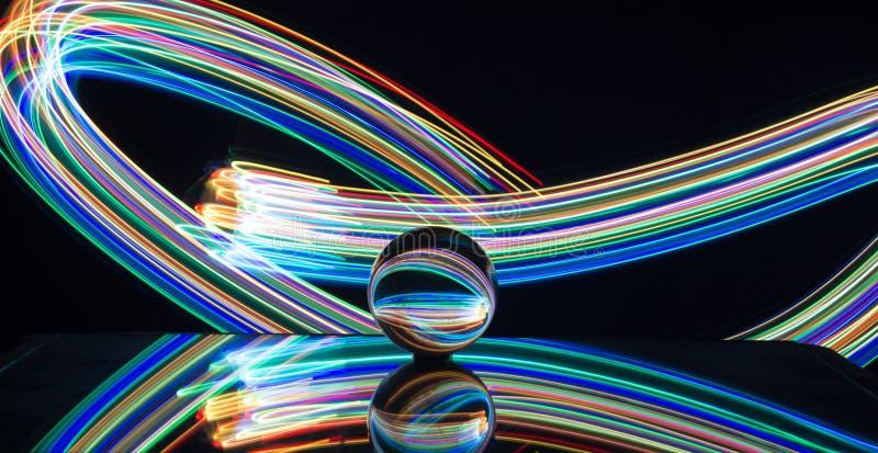 Het lichte schilderen met kristallen bol stock afbeelding