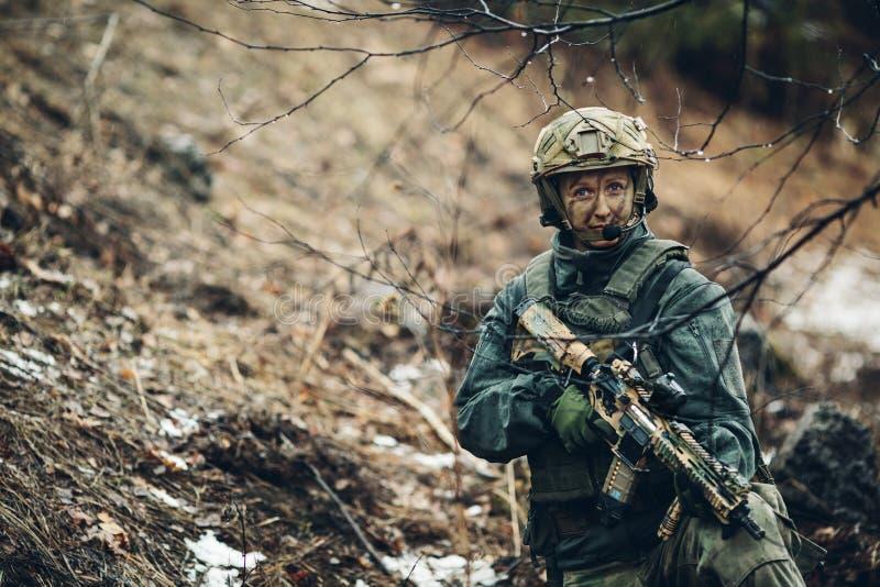 Het lid van de vrouwenmilitair van boswachtersploeg stock foto