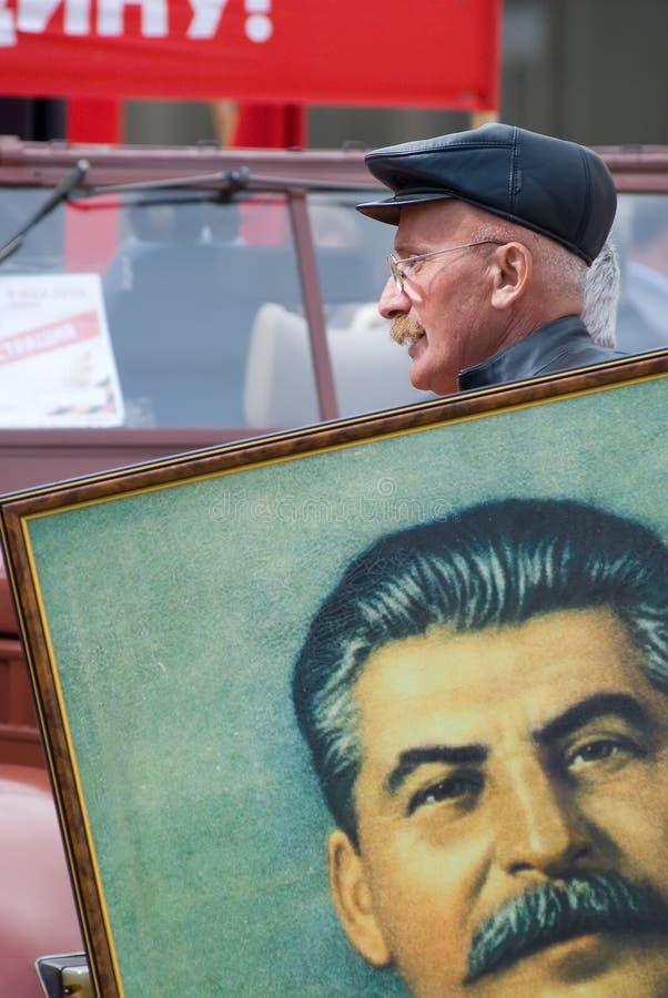 Het lid van KPRF draagt het portret van Stalin royalty-vrije stock foto's