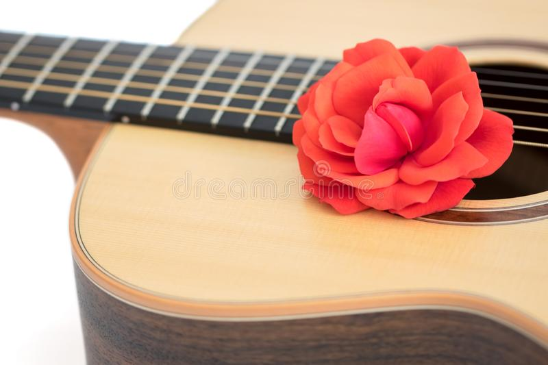 Het lied van de liefde Rood nam op akoestische gitaar toe Romantisch muziekconcept stock foto