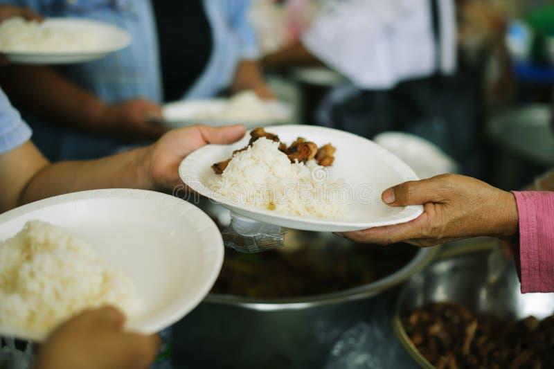 Het liefdadigheidsvoedsel is de hoop van de armen die geen geld hebben: concept het bedelen van voedsel: Het Voedsel van het vrij royalty-vrije stock foto