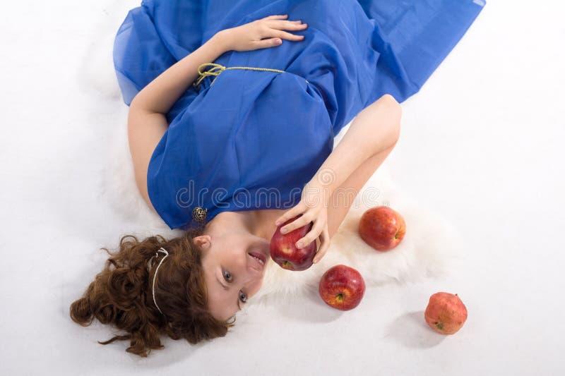 Het liggen dame met appelen stock foto