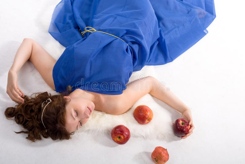 Het liggen dame met appelen stock foto's