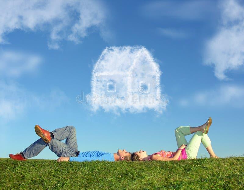 Het liggen paar op gras en de collage van het droomhuis royalty-vrije stock afbeelding