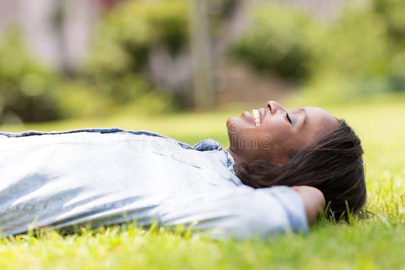 Het liggen van de vrouw gras royalty-vrije stock foto
