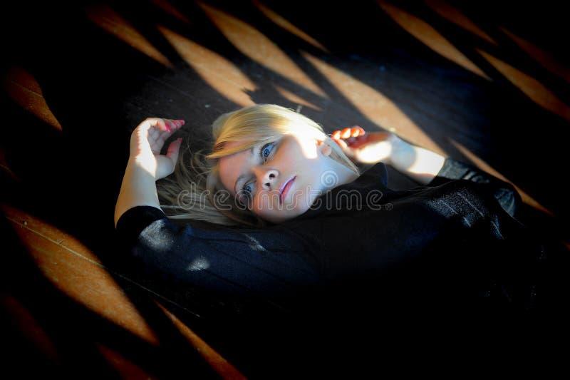 Het liggen van het meisje royalty-vrije stock fotografie